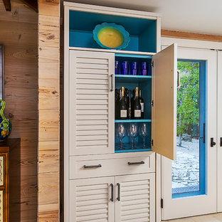 デトロイトの小さいビーチスタイルのおしゃれなホームバー (I型、シンクなし、ルーバー扉のキャビネット、ベージュのキャビネット、ベージュの床) の写真