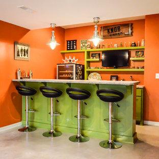Ejemplo de bar en casa con fregadero lineal, moderno, de tamaño medio, con armarios estilo shaker, puertas de armario verdes, encimera de cemento, salpicadero naranja y suelo de cemento