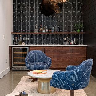 Foto di un angolo bar minimal con ante lisce, ante in legno bruno, paraspruzzi nero, pavimento in cemento, pavimento grigio e top bianco