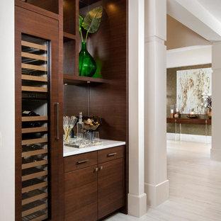 Diseño de bar en casa lineal, mediterráneo, sin pila, con armarios con paneles lisos, puertas de armario de madera en tonos medios y salpicadero con efecto espejo