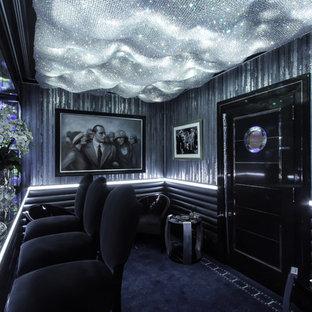 Esempio di un angolo bar con lavandino contemporaneo di medie dimensioni con lavello da incasso, ante lisce, ante nere, top in marmo, paraspruzzi nero, paraspruzzi con lastra di vetro, moquette, pavimento blu e top nero