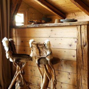 Exemple d'un petit bar de salon montagne avec des tabourets et un sol en bois clair.
