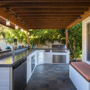 フェニックスの広いモダンスタイルのおしゃれなホームバー (L型、アンダーカウンターシンク、コンクリートカウンター、グレーのキッチンパネル、モザイクタイルのキッチンパネル、スレートの床) の写真