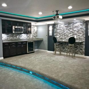 ワシントンD.C.の中くらいのコンテンポラリースタイルのおしゃれな着席型バー (I型、シンクなし、レイズドパネル扉のキャビネット、黒いキャビネット、再生ガラスカウンター、グレーのキッチンパネル、ボーダータイルのキッチンパネル、カーペット敷き、グレーの床) の写真
