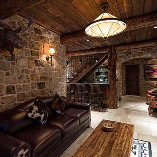 Immagine di un bancone bar stile rurale di medie dimensioni con top in saponaria, paraspruzzi multicolore, paraspruzzi con piastrelle in pietra e pavimento in gres porcellanato
