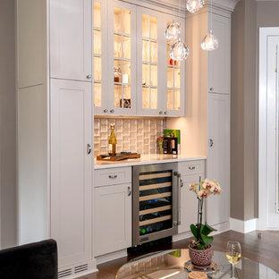 他の地域のトランジショナルスタイルのおしゃれなホームバー (I型、シンクなし、ガラス扉のキャビネット、ベージュのキャビネット、濃色無垢フローリング、白いキッチンカウンター) の写真