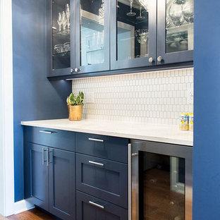 Esempio di un angolo bar con lavandino chic di medie dimensioni con ante con riquadro incassato, ante blu, top in quarzo composito, paraspruzzi bianco, paraspruzzi in gres porcellanato, pavimento in legno massello medio, pavimento marrone e top bianco