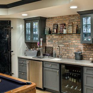 シカゴのトランジショナルスタイルのおしゃれなウェット バー (I型、シェーカースタイル扉のキャビネット、青いキャビネット、アンダーカウンターシンク、赤いキッチンパネル、淡色無垢フローリング) の写真