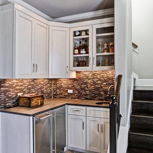 オースティンの小さいトランジショナルスタイルのおしゃれなウェット バー (L型、白いキャビネット、アンダーカウンターシンク、落し込みパネル扉のキャビネット、クオーツストーンカウンター、マルチカラーのキッチンパネル、ボーダータイルのキッチンパネル、磁器タイルの床、茶色い床) の写真