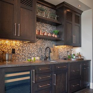 Inspiration för stora klassiska linjära hemmabarer med vask, med en undermonterad diskho, skåp i shakerstil, skåp i mörkt trä och flerfärgad stänkskydd