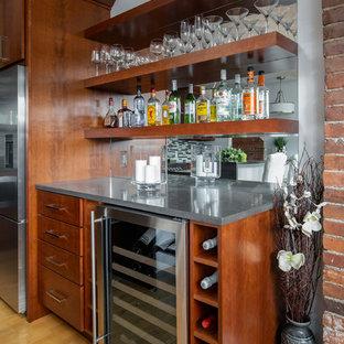 ボストンの中くらいのコンテンポラリースタイルのおしゃれなウェット バー (フラットパネル扉のキャビネット、中間色木目調キャビネット、クオーツストーンカウンター、淡色無垢フローリング、グレーのキッチンカウンター、I型、シンクなし、ミラータイルのキッチンパネル、ベージュの床) の写真