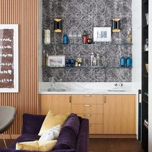 Ejemplo de bar en casa con fregadero lineal, contemporáneo, con fregadero bajoencimera, armarios con paneles lisos, puertas de armario de madera clara, salpicadero multicolor, suelo de madera oscura y encimeras multicolor