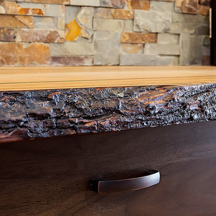 Esempio di un piccolo bancone bar chic con lavello sottopiano, ante in stile shaker, ante in legno bruno, top in legno, paraspruzzi multicolore, paraspruzzi con piastrelle in pietra, pavimento in linoleum e pavimento marrone