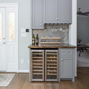 ローリーの中くらいのトランジショナルスタイルのおしゃれなウェット バー (シェーカースタイル扉のキャビネット、木材カウンター、I型、シンクなし、グレーのキャビネット、グレーのキッチンパネル、モザイクタイルのキッチンパネル、濃色無垢フローリング、茶色い床、茶色いキッチンカウンター) の写真