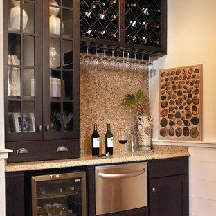 Immagine di un armadio bar chic di medie dimensioni con ante di vetro, ante in legno bruno, paraspruzzi beige e paraspruzzi con piastrelle a mosaico