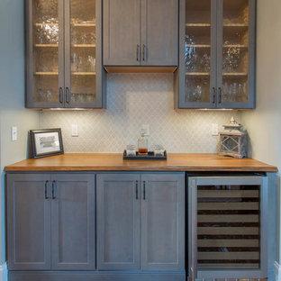 Immagine di un angolo bar tradizionale di medie dimensioni con ante in stile shaker, ante grigie, top in legno, paraspruzzi grigio e paraspruzzi con piastrelle in ceramica