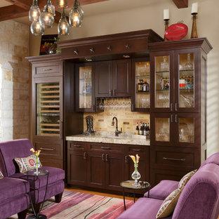 Foto di un armadio bar mediterraneo con lavello sottopiano, ante con riquadro incassato, ante in legno bruno e paraspruzzi beige