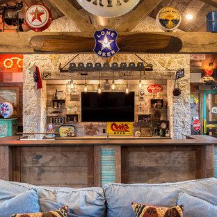 Idées déco pour un grand bar de salon montagne en U avec un plan de travail en bois, un sol en bois foncé, une crédence beige, une crédence en carrelage de pierre et un plan de travail marron.
