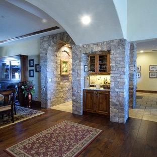 Esempio di un angolo bar con lavandino mediterraneo di medie dimensioni con lavello sottopiano, ante in legno bruno, top in granito, paraspruzzi beige, paraspruzzi con piastrelle in ceramica, pavimento con piastrelle in ceramica, pavimento multicolore e top multicolore