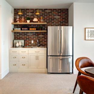 Ispirazione per un armadio bar stile shabby di medie dimensioni con lavello da incasso, ante in stile shaker, ante bianche, top in marmo, paraspruzzi rosso, paraspruzzi in mattoni, moquette, pavimento beige e top multicolore