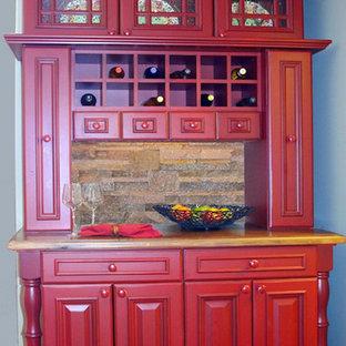Ispirazione per un piccolo angolo bar chic con ante con bugna sagomata, ante rosse, paraspruzzi beige e paraspruzzi con piastrelle in pietra