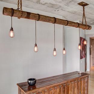 ナッシュビルの中くらいのインダストリアルスタイルのおしゃれなウェット バー (I型、シンクなし、家具調キャビネット、濃色木目調キャビネット、木材カウンター、竹フローリング、ベージュの床) の写真