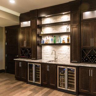 Ispirazione per un ampio angolo bar con lavandino design con lavello sottopiano, ante in stile shaker, ante in legno bruno, top in granito, paraspruzzi bianco, paraspruzzi con piastrelle in pietra e parquet chiaro