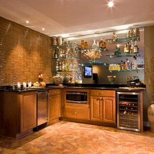 Immagine di un angolo bar con lavandino contemporaneo di medie dimensioni con ante con bugna sagomata, ante in legno scuro, lavello sottopiano, top in granito, paraspruzzi beige, paraspruzzi con piastrelle a listelli, pavimento in travertino e pavimento marrone
