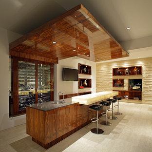 Esempio di un bancone bar contemporaneo di medie dimensioni con lavello sottopiano, top in superficie solida, parquet chiaro e pavimento beige