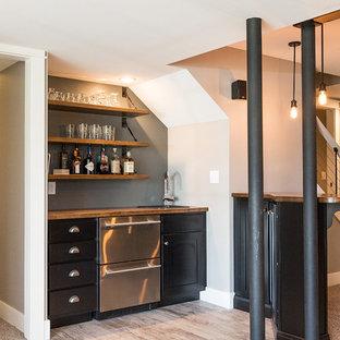 Idee per un grande armadio bar stile americano con moquette, pavimento beige, lavello da incasso, ante nere, top in legno, paraspruzzi grigio e ante in stile shaker
