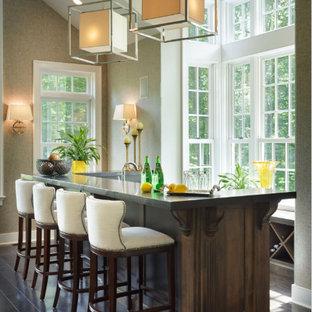 Foto di un grande bancone bar tradizionale con lavello sottopiano, ante con riquadro incassato, ante in legno bruno, top in granito, parquet scuro e pavimento marrone