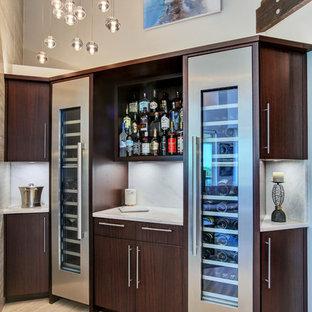 タンパの中くらいのコンテンポラリースタイルのおしゃれなウェット バー (L型、フラットパネル扉のキャビネット、濃色木目調キャビネット、大理石カウンター、白いキッチンパネル、大理石のキッチンパネル、淡色無垢フローリング、ベージュの床、白いキッチンカウンター) の写真