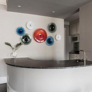 Ispirazione per un angolo bar con lavandino contemporaneo di medie dimensioni con lavello da incasso, top in granito, pavimento in compensato e pavimento marrone