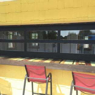 Idee per un angolo bar bohémian di medie dimensioni con top in legno