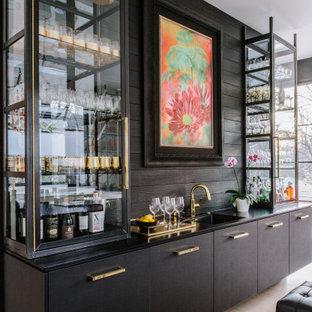 Foto di un grande angolo bar con lavandino minimal con lavello integrato, ante lisce, ante in legno bruno, paraspruzzi marrone, paraspruzzi in legno, pavimento beige e top nero