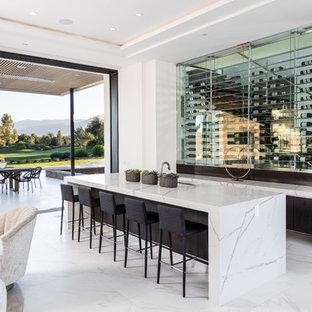 Idee per un angolo bar con lavandino design con lavello sottopiano, ante lisce, ante in legno bruno, pavimento bianco e top bianco