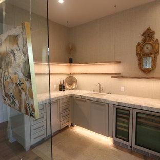Esempio di un angolo bar con lavandino design di medie dimensioni con lavello sottopiano, ante con riquadro incassato, ante beige, top in granito, paraspruzzi beige, pavimento in legno massello medio, pavimento marrone e top beige