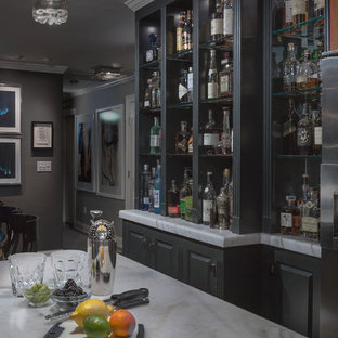 Immagine di un piccolo angolo bar contemporaneo con lavello sottopiano, ante con bugna sagomata, ante nere, top in marmo, paraspruzzi bianco, paraspruzzi con piastrelle in ceramica e pavimento in gres porcellanato