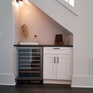 Idee per un piccolo angolo bar con lavandino tradizionale con nessun lavello, ante in stile shaker, ante bianche, top in superficie solida, paraspruzzi bianco, paraspruzzi con piastrelle in ceramica e parquet scuro