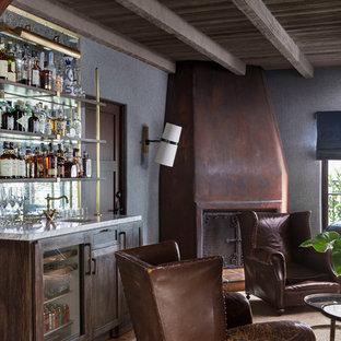 ロサンゼルスのエクレクティックスタイルのおしゃれなホームバー (アンダーカウンターシンク、シェーカースタイル扉のキャビネット、濃色木目調キャビネット、テラコッタタイルの床、ミラータイルのキッチンパネル) の写真