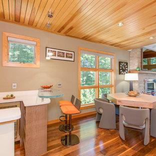 ボストンの中くらいのコンテンポラリースタイルのおしゃれなウェット バー (アンダーカウンターシンク、フラットパネル扉のキャビネット、グレーのキャビネット、クオーツストーンカウンター、白いキッチンパネル、塗装フローリング、茶色い床) の写真