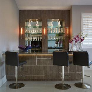 マイアミの中くらいのコンテンポラリースタイルのおしゃれな着席型バー (ll型、ガラスカウンター、ミラータイルのキッチンパネル、フラットパネル扉のキャビネット、中間色木目調キャビネット、白い床) の写真