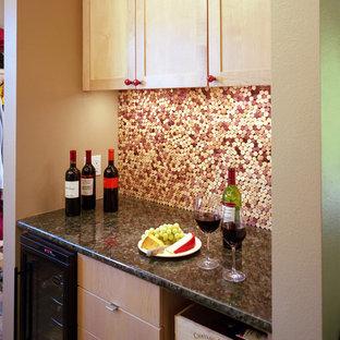 オースティンのエクレクティックスタイルのおしゃれなホームバー (御影石カウンター、淡色木目調キャビネット、マルチカラーのキッチンパネル、モザイクタイルのキッチンパネル) の写真