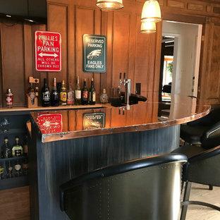 フィラデルフィアの小さいインダストリアルスタイルのおしゃれな着席型バー (コの字型、オープンシェルフ、黒いキャビネット、銅製カウンター、木材のキッチンパネル、無垢フローリング、オレンジのキッチンカウンター) の写真