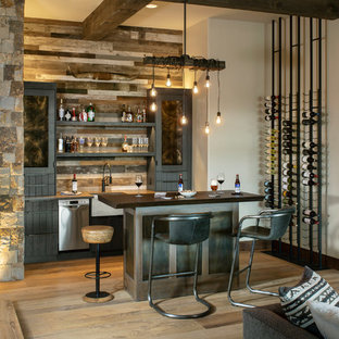他の地域のラスティックスタイルのおしゃれな着席型バー (オープンシェルフ、木材のキッチンパネル、淡色無垢フローリング、黒いキッチンカウンター) の写真