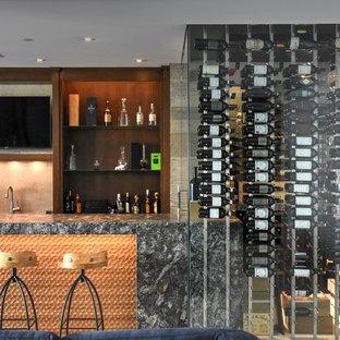 Esempio di un armadio bar minimal di medie dimensioni con nessun'anta, paraspruzzi arancione e top grigio