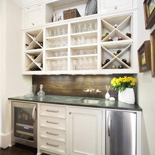 Imagen de bar en casa con fregadero lineal, tradicional, con suelo de madera oscura, fregadero bajoencimera, puertas de armario blancas, armarios con paneles empotrados y encimera de esteatita
