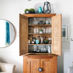 Réalisation d'un petit bar de salon marin avec aucun évier ou lavabo, un placard en trompe-l'oeil, des portes de placard en bois brun et un sol en bois foncé.