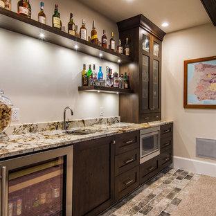 Foto di un angolo bar con lavandino rustico con lavello sottopiano, ante in stile shaker e ante in legno bruno