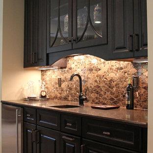 Immagine di un grande armadio bar tradizionale con lavello sottopiano, ante con bugna sagomata, ante nere, top in marmo, paraspruzzi marrone, paraspruzzi con piastrelle in pietra e pavimento in travertino